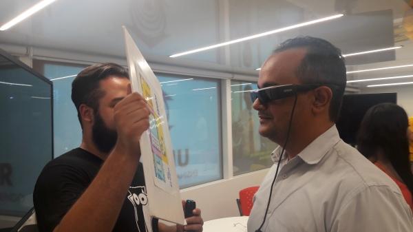 Experimentando o óculos para realidade virtual da Epson.